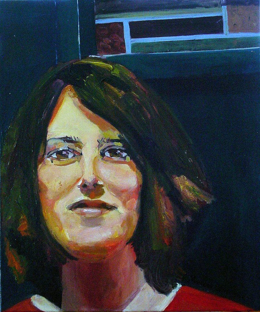 Vrouwengezicht in donkere kleuren met glas-in-loodraampje op de achtergrond.